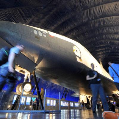 """(國際)(4)美國""""企業""""號航天飛機首次向公眾展出"""